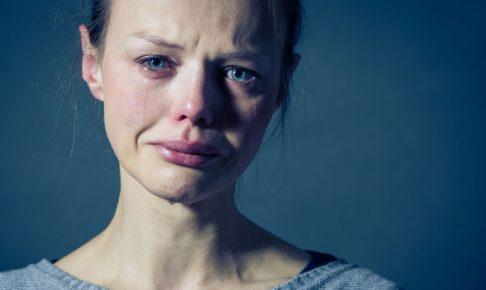 泣いている女