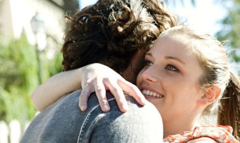 男を抱きしめる女