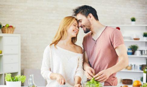 料理をしている仲の良いカップル