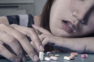 薬を見ている女