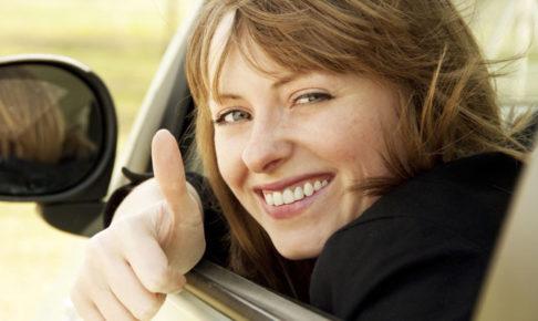 車から顔を出す女