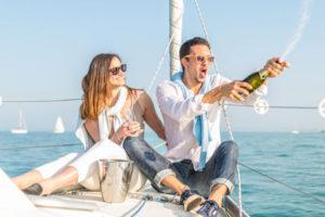 シャンパンを開けるカップル