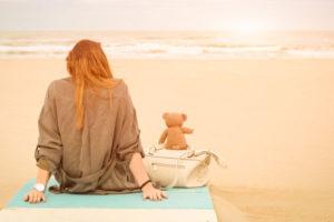 一人で海を眺める女性