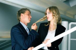 職場で女を誘う男
