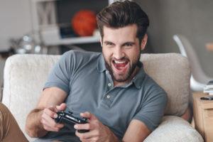 ゲームをする男