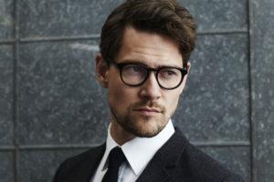 メガネをかけたスーツの男