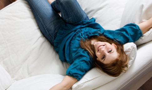 ソファーに座る女