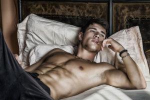 ベッドで横になる男