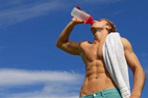 水を飲む男