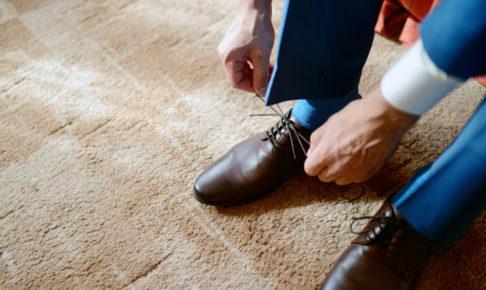靴ひもを結ぶ男の足元