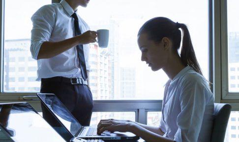 仕事中の男女
