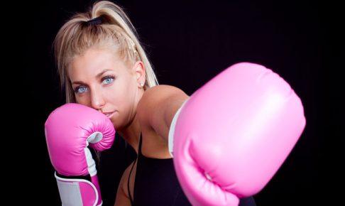 シャドーボクシングをする女