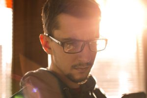 スマホを見ているメガネをかけた男