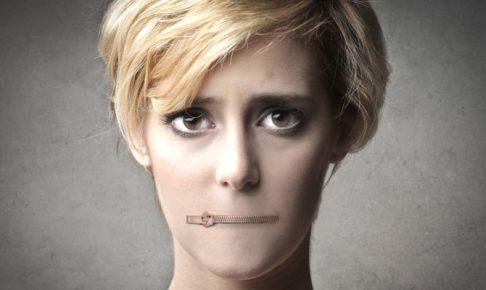 口が閉じたファスナーになっている女
