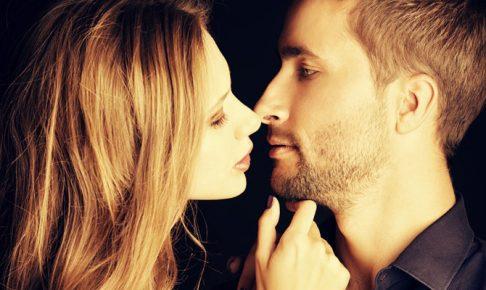 男にキスしようとする女