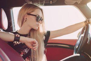 運転する女
