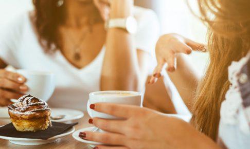 カフェで会話する人々