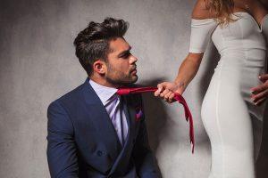 ネクタイを引っ張る女