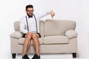 ソファーに一人で座る男