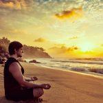 砂浜で座禅する男
