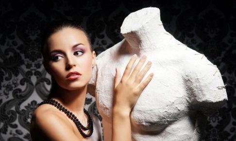 石像を触る女