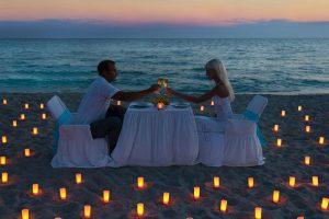 浜辺で食事をするカップル