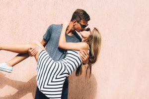 お姫様抱っこでキスするカップル