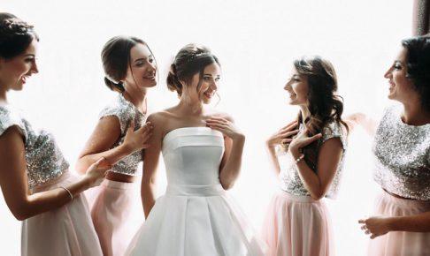 花嫁を囲む女たち
