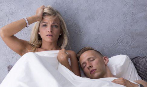 ベッドで後悔する女