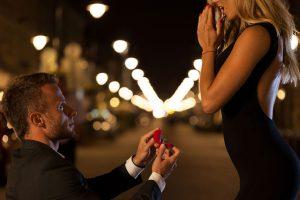 女にプロポーズする男
