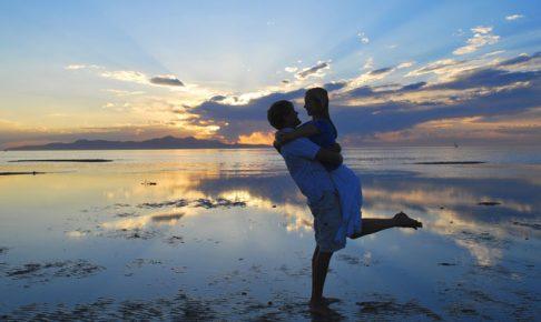 水辺で抱き合う男女