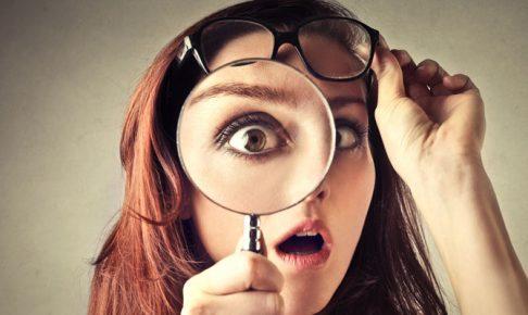 虫眼鏡で見る女