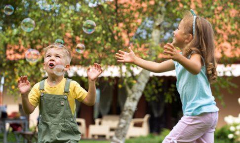 シャボン玉を追いかける子供達