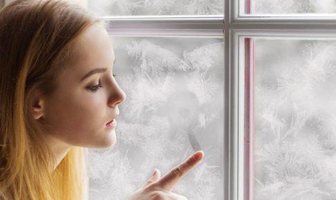 窓に触れる女