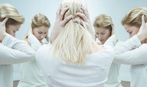 鏡の前で悩む女