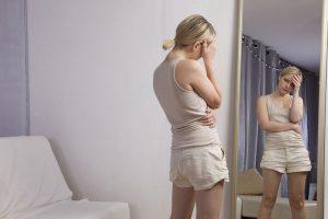 鏡の前に立つ女