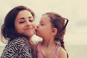 母にキスする女の子