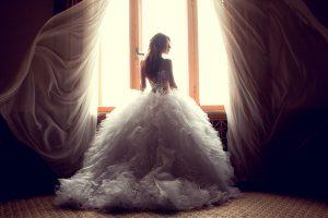 ウェディングドレスを着た女
