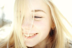穏やかな笑顔の女性