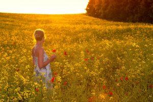 草原の中の女