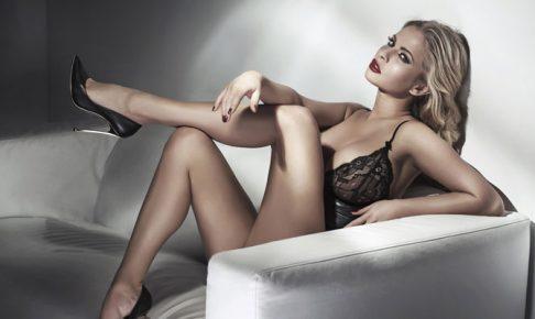 ソファーで足を組む女