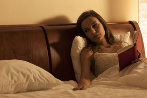 一人ベッドで旦那を待つ妻
