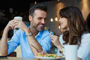 男に食事を食べさせてあげる女