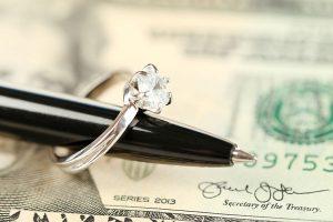 お金とペンと指輪