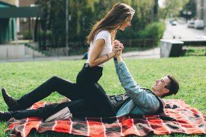 ピクニックをしているカップル