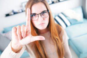 メガネをかけた女