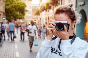 カメラを構える女