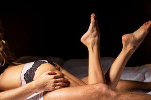 ベッドに横たわる男女