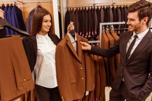 男のスーツを選ぶ女