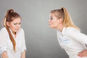 うざい女と委縮する女